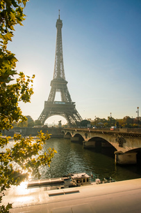 Eiffel Tower early in the morning, viewed from the other side of the River Seine, Paris, France, Eurの写真素材 [FYI03797683]