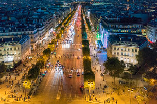Avenue des Champs-Elysees at night, Paris, France, Europeの写真素材 [FYI03797684]