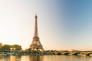 Eiffel Tower early in the morning viewed from the other side of the River Seine, Paris, France, Euroの写真素材 [FYI03797686]