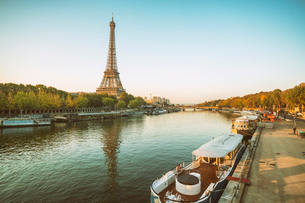 Eiffel Tower early in the morning viewed from the other side of the River Seine, Paris, France, Euroの写真素材 [FYI03797690]