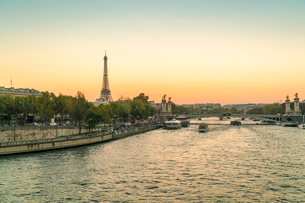 Eiffel Tower early in the morning viewed from the other side of the River Seine, Paris, France, Euroの写真素材 [FYI03797692]