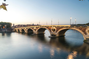 Pont Neuf (New Bridge) on the Garonne River, Toulouse, Haute-Garonne, Occitaine, France, Europeの写真素材 [FYI03797693]