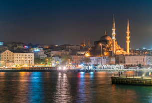 Eminonu with mosques, viewed from the Bosphorus, Istanbul, Turkey, Europeの写真素材 [FYI03797704]