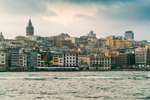 View of Karakoy and the Galata Tower from the Bosphorus, Istanbul, Turkey, Europeの写真素材 [FYI03797707]