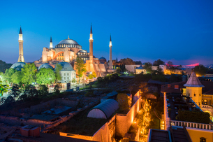 Hagia Sofia, UNESCO World Heritage Site, at night with the Four Seasons Hotel on the right, Istanbulの写真素材 [FYI03797708]