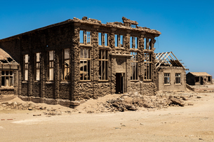 A disused Casino in the Abandoned Mining Town of Elizabeth Bay, on the coast of Luderitz around 25kmの写真素材 [FYI03797768]