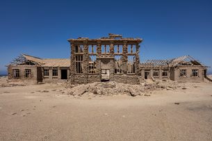 A disused Casino in the Abandoned Mining Town of Elizabeth Bay, on the coast of Luderitz around 25kmの写真素材 [FYI03797770]