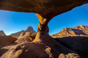 Spitzkoppe Arch at sunrise, Namibia, Africaの写真素材 [FYI03797825]