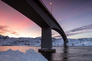 Fredvang Bridge at night, Lofoten, Arctic, Norway, Europeの写真素材 [FYI03797839]