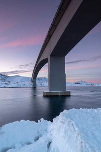 Fredvang Bridge at sunset in winter, Lofoten, Arctic, Norway, Europeの写真素材 [FYI03797840]