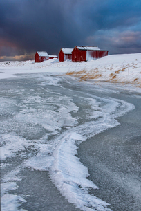 Typical fishermen houses Ice formations with dramatic sky in winter, Eggum, Lofoten Islands, Arctic,の写真素材 [FYI03797859]