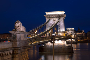 The Chain Bridge at the blue hour, Budapest, Hungary, Europeの写真素材 [FYI03797884]