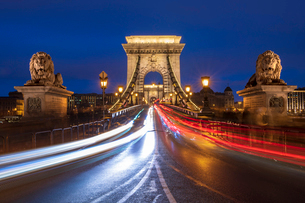 The Chain Bridge with traffic light trails, Budapest, Hungary, Europeの写真素材 [FYI03797889]