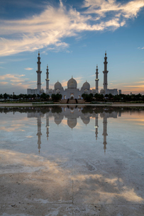 The Sheikh Zayed Grand Mosque at sunset, Abu Dhabi, United Arab Emirates, Middle Eastの写真素材 [FYI03797901]