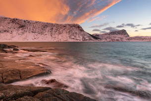 Dramatic sunset at Haukland Beach, Lofoten, Nordland, Arctic, Norway, Europeの写真素材 [FYI03797908]