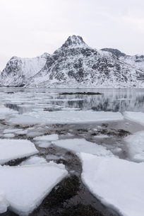 Ice formations and snow covered mountains, Lofoten Islands, Nordland, Arctic, Norway, Europeの写真素材 [FYI03797910]