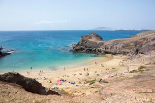 View over Playa del Papagayo from cliff top behind the beach, Playa Blanca, Yaiza, Lanzarote, Las Paの写真素材 [FYI03797914]