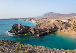 View along coast from cliff top above Playa del Papagayo, Playa Blanca, Yaiza, Lanzarote, Las Palmasの写真素材 [FYI03797918]
