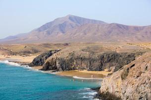 View along coast from cliff top above Playa del Papagayo, Playa Blanca, Yaiza, Lanzarote, Las Palmasの写真素材 [FYI03797924]