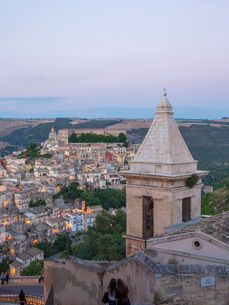 View over Ragusa Ibla, dusk, bell-tower of the Church of Santa Maria delle Scale in foreground, Raguの写真素材 [FYI03797930]