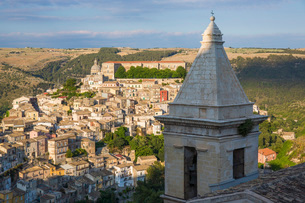 View over sunlit Ragusa Ibla, evening, bell-tower of the Church of Santa Maria delle Scale in foregrの写真素材 [FYI03797933]