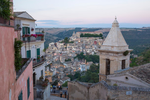 View over Ragusa Ibla, dusk, bell-tower of the Church of Santa Maria delle Scale in foreground, Raguの写真素材 [FYI03797935]