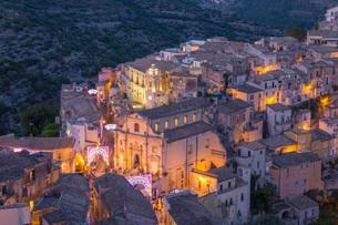 View over illuminated Ragusa Ibla, dusk, streets decorated to mark the Festival of San Giorgio, Raguの写真素材 [FYI03797937]