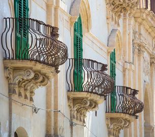 Typical wrought iron balconies on the baroque Palazzo Astuto di Fargione, Noto, UNESCO World Heritagの写真素材 [FYI03797945]