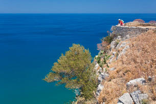 Lone visitor admiring view over the Tyrrhenian Sea from summit of La Rocca, Cefalu, Palermo, Sicily,の写真素材 [FYI03797951]