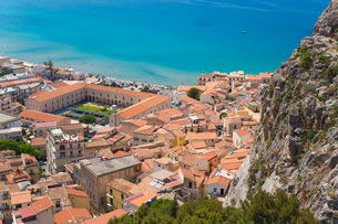 View from La Rocca over tiled rooftops to the calm turquoise waters of the Tyrrhenian Sea, Cefalu, Pの写真素材 [FYI03797953]