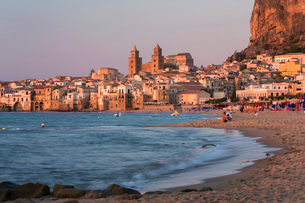 View from beach along water's edge to the town and UNESCO World Heritage Site listed Arab-Norman catの写真素材 [FYI03797974]