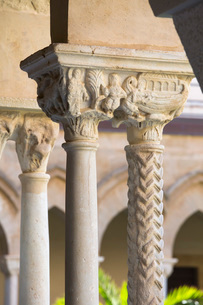Columns with finely carved capitals in cloister of the Arab-Norman cathedral, UNESCO World Heritageの写真素材 [FYI03797975]