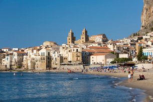 View from beach along water's edge to the town and UNESCO World Heritage Site listed Arab-Norman catの写真素材 [FYI03797980]