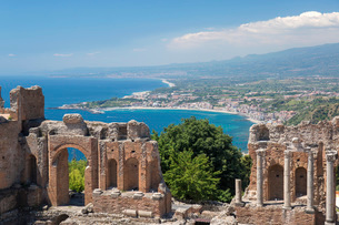View from the Greek Theatre over the Bay of Naxos to distant Giardini-Naxos, Taormina, Messina, Siciの写真素材 [FYI03798010]
