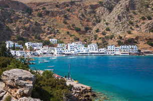 View across the tranquil waters of the harbour, Loutro, Hania (Chania), Crete, Greek Islands, Greeceの写真素材 [FYI03798025]