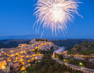 View over Ragusa Ibla, dusk, fireworks marking the Festival of San Giorgio, Ragusa, UNESCO World Herの写真素材 [FYI03798030]