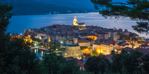 View over the Old Town at dusk, the illuminated cathedral prominent, Korcula Town, Korcula, Dubrovniの写真素材 [FYI03798050]