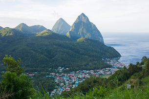 View to the Pitons, UNESCO World Heritage Site, from hillside above the town and the Caribbean Sea bの写真素材 [FYI03798098]
