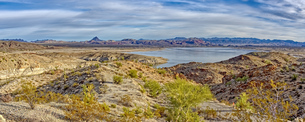 Alamo Lake with the Arrastra Mountain Wilderness in the distance, Arizona, United States of America,の写真素材 [FYI03798100]