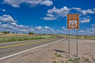 A road sign marking the Historic Route 66 just west of Ash Fork, Arizona, United States of America,の写真素材 [FYI03798140]
