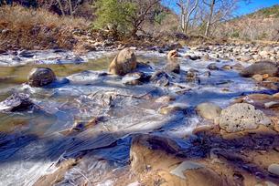 Frozen Creek, Oak Creek in Sedona frozen from winter cold in February 2019, Arizona, United States oの写真素材 [FYI03798141]
