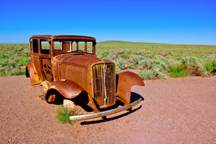 The old rusting steel shell of a Model-T mounted on concrete pillars along the old historic Route 66の写真素材 [FYI03798146]