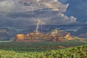 Red Rock Wilderness Lightning, a morning lightning storm over the Secret Red Rock Mountain Wildernesの写真素材 [FYI03798155]