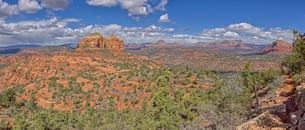 Panorama view of Cathedral Rock and Sedona from the HiLine Trail Vista, Arizona, United States of Amの写真素材 [FYI03798171]