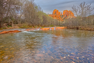 View of Cathedral Rock in Sedona from the middle of Oak Creek, Arizona, United States of America, Noの写真素材 [FYI03798193]
