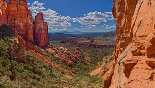Southwestern view from a cliff in the saddle area of Cathedral Rock, Sedona, Arizona, United Statesの写真素材 [FYI03798207]
