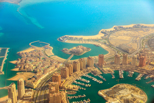 Aerial view of the Pearl-Qatar, the luxurious modern artificial island in the Persian Gulf, Venice aの写真素材 [FYI03798280]