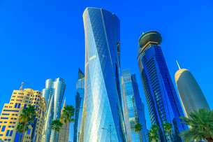 Low angle view of Al Fardan Towers complex and Doha Tower, iconic glassed high rises in West Bay, skの写真素材 [FYI03798290]