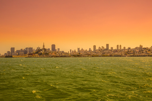 Sea view from boat to Alcatraz at sunset of San Francisco Financial District skyline, San Francisco,の写真素材 [FYI03798292]