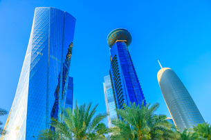 Low angle view of Al Fardan Towers complex and Doha Tower, iconic glassed high rises in West Bay, skの写真素材 [FYI03798294]